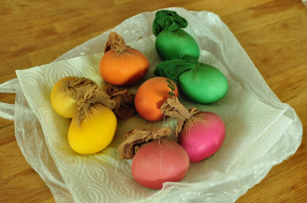 Jajka w pończosze po wyjęciu z barwnika.