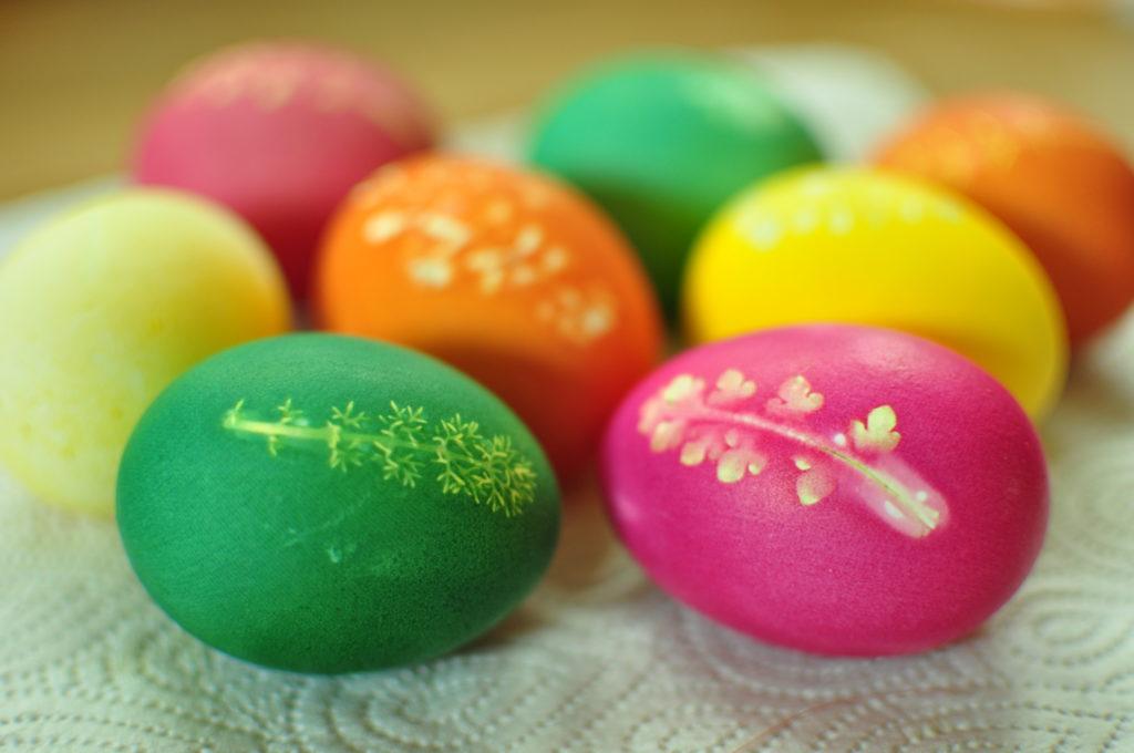 Ozdabianie jajek listkami
