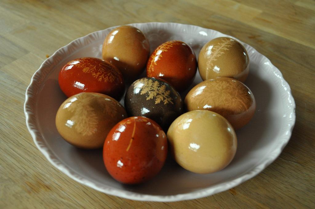 Barwienie jaj barwnikami roślinnymi