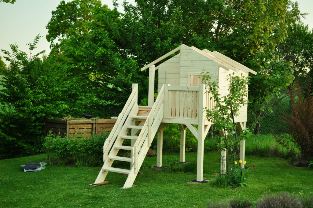 Domek z drewna na palach