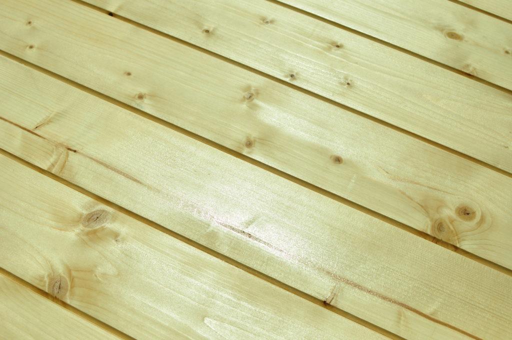 Zabezpieczenie drewnianego domkku pokostem lnianym.