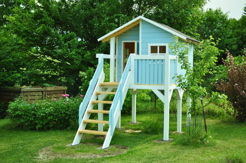 Domek dla dzieci z drewna.