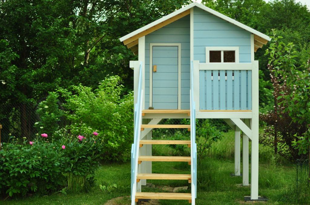 Pomalowany domek dla dzieci - front.