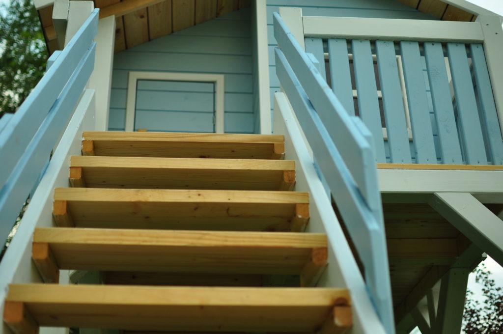 Schody do drewnianego domku dla dzieci.