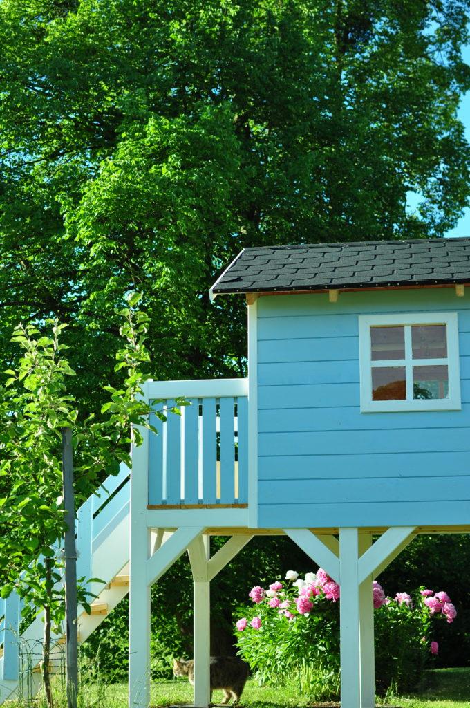 Lipa i drewniany domek