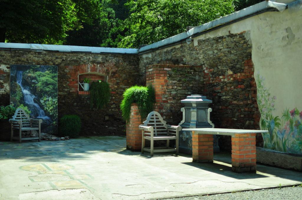 Arboretum Wojsławice - ceglany zakątek