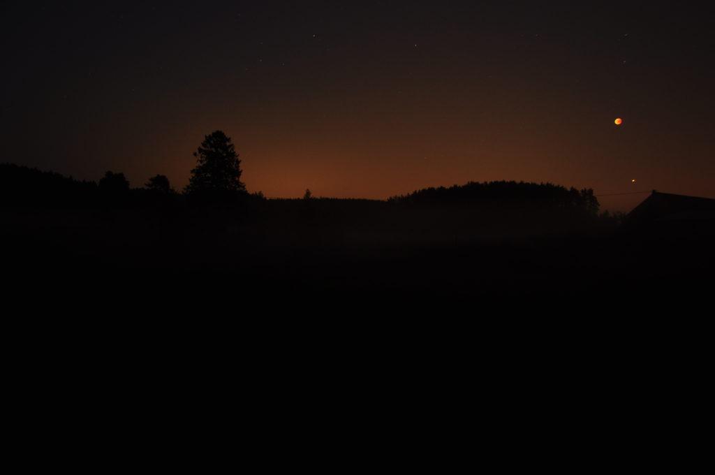 Zaćmienie Księżyca i Mars widziane z tarasu.