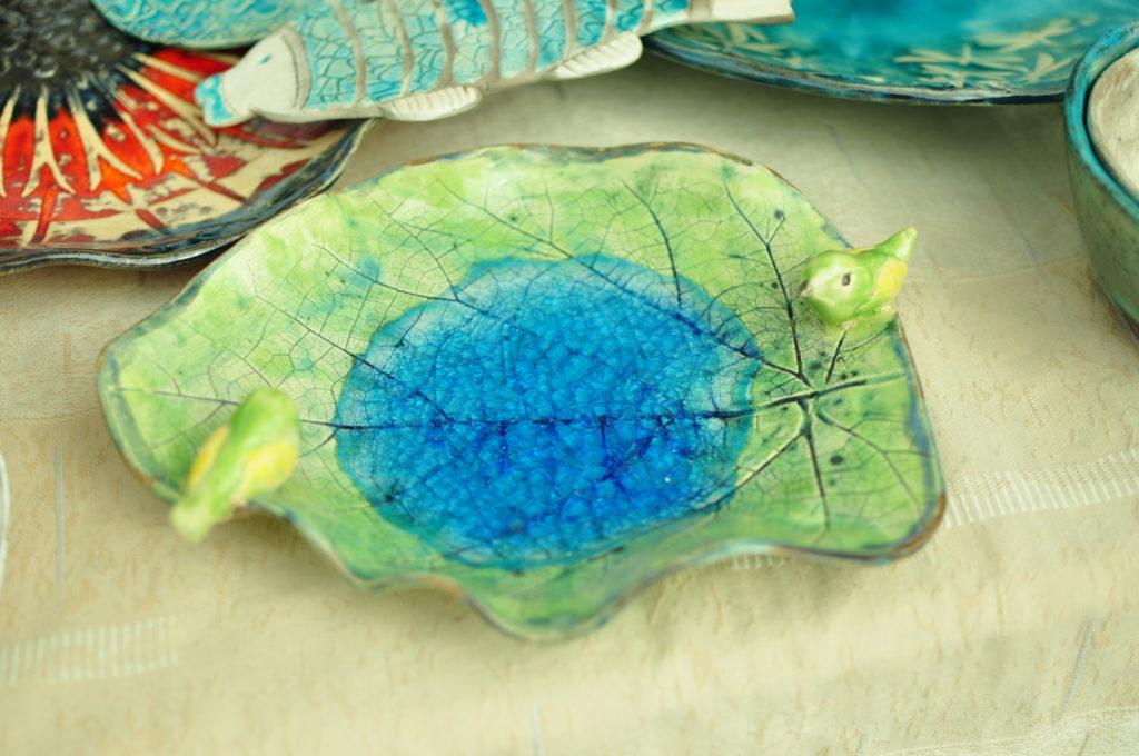 Jesień w ogrodzie - ceramiczne poidełko dla ptaków.