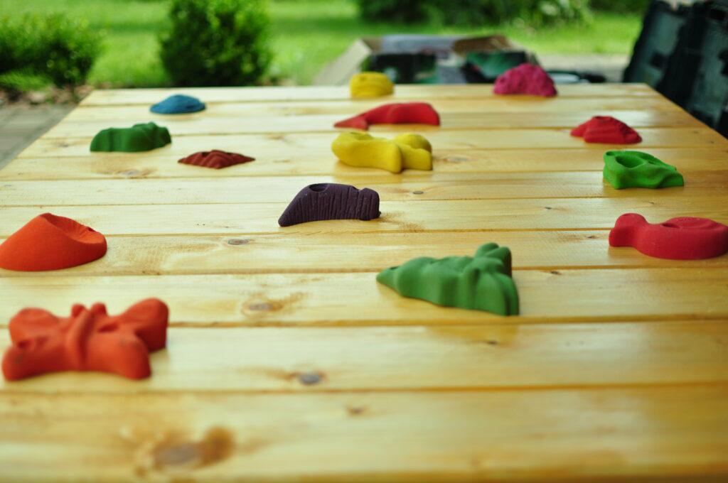 Kamienie wspinaczkowe na ściance dla dzieci.