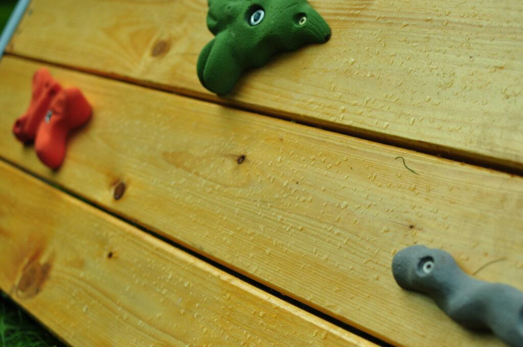 Drewniana ścianka wspinaczkowa dla dzieci.