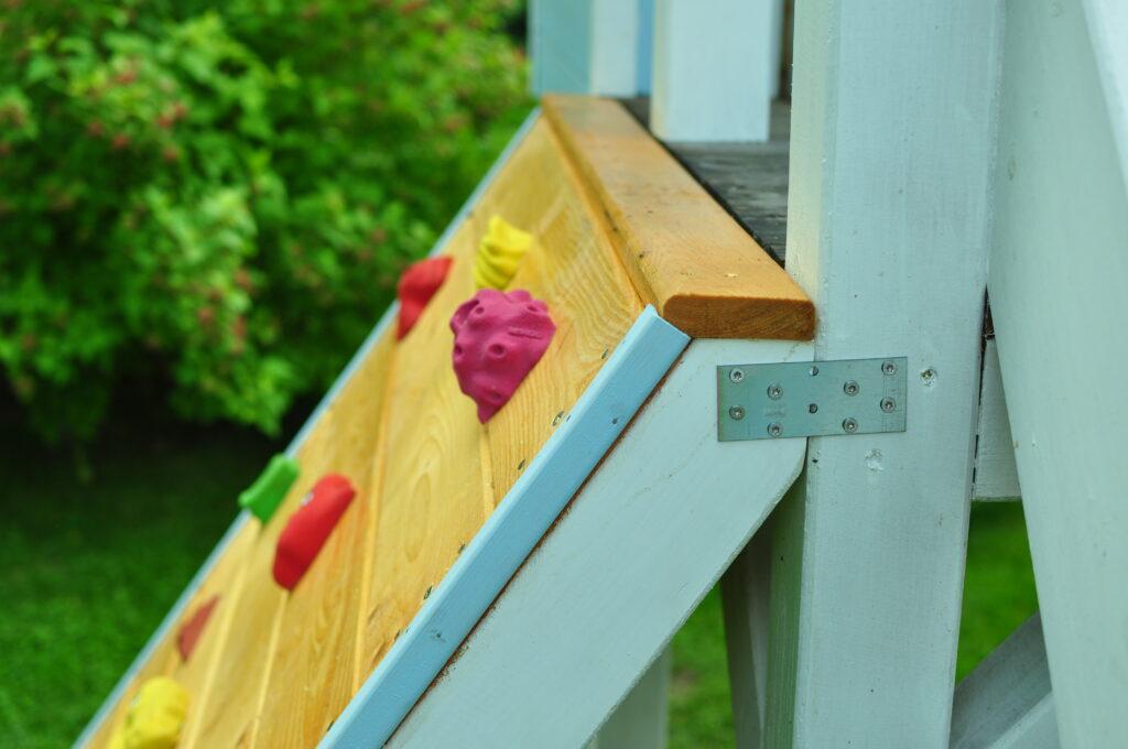 Mocowanie ścianki wspinaczkowej do drewnianego domku