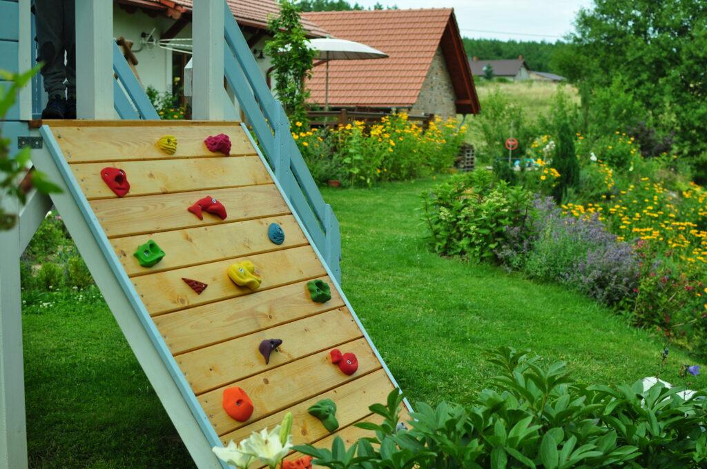 Domek ze ścianką wspinaczkową dla dzieci.